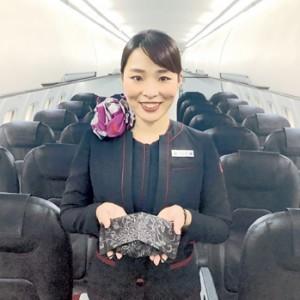 JACが4月から機内販売している「大島紬シルクマスク」(提供写真)