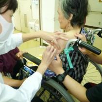 大和村で始まった新型コロナワクチンの高齢者優先接種=12日、同村(大和の園提供)