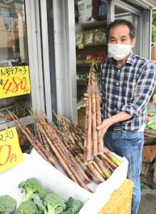青果店の店頭に並ぶ「ダーナ」=13日、奄美市名瀬