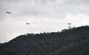奄美市の市街地近くを飛行する4機のオスプレイとみられる機体=2020年6月4日