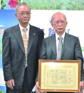 幸福の島づくり健康大使に委嘱された古川医師(右)=15日、与論町役場