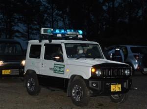 出発式を終え担当エリアへ向けて出発するパトロール隊車両=29日、徳之島町花徳