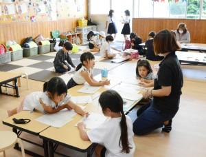 宇検村初となる放課後児童クラブを利用する児童ら=21日、田検小