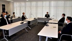奄美大島で初のクラスター発生を受けて開かれた島内5市町村の新型コロナ対策会議= 30日、奄美市役所