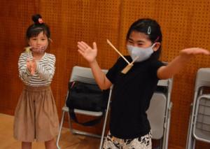 竹とんぼに挑戦する参加児童=24日、徳之島町の生涯学習センター