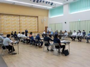 関係者の連携体制を確認した防災会議(提供写真)