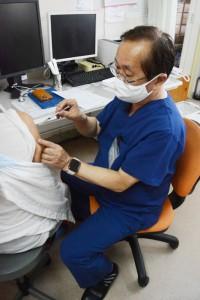 施設入所者らの新型コロナウイルスワクチン接種=11日、徳之島町の宮上病院