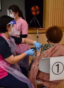瀬戸内町で始まった新型コロナウイルスワクチンの高齢者優先接種=12日、瀬戸内町きゅら島交流館