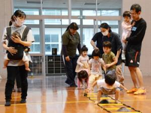 親子で楽しく体を動かす「大和親子うんどう教室」=4月21日、大和村の大棚小学校体育館
