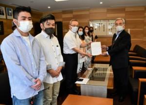 奄美市の朝山毅市長に要望書を提出した屋仁川飲食業有志の会のメンバー=10日、市役所