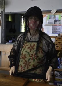 ヌカカ対策のために防虫服を着用する女性=2日、瀬戸内町芝
