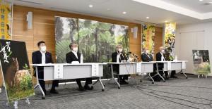 登録勧告から一夜明け、会見で思いを語る奄美大島の5市町村長=11日、奄美市名瀬