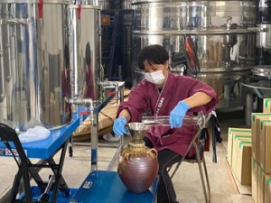 黒糖焼酎「マルシカ」の原酒を量り売りする松永酒造の松永代表(提供写真)