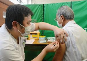 与論町で始まった高齢者向けの新型コロナウイルスワクチン接種=1日、与論町の砂美地来館